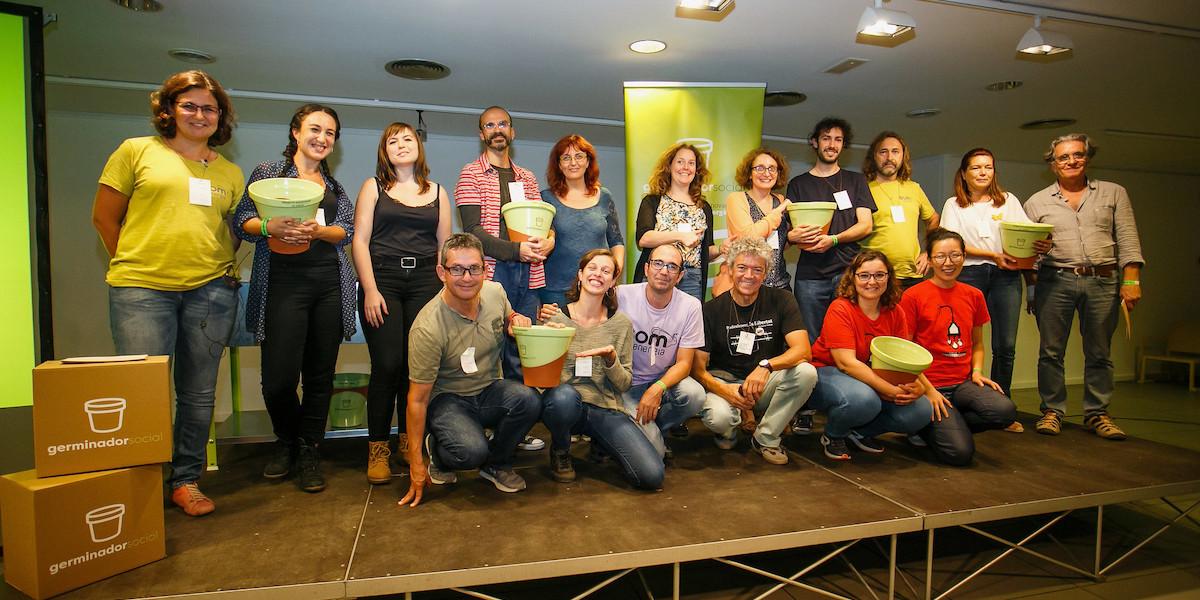 Imagen-de-todos-los-premiados-con-el-premio-y-junto-al-jurado-del-Germinador-Social